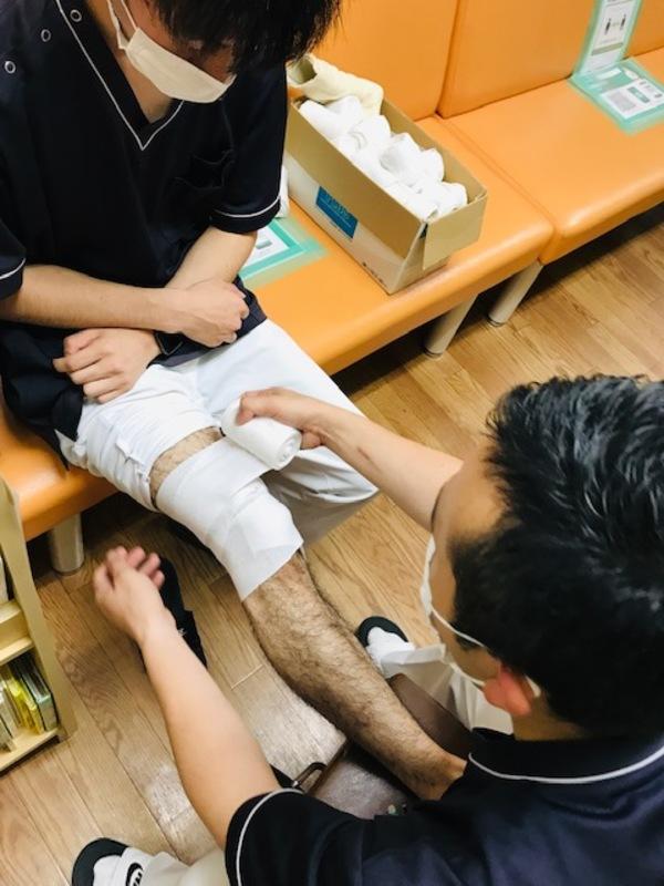 膝の包帯固定サムネイル